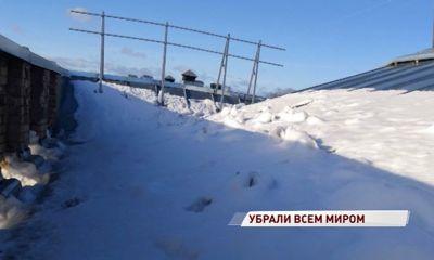 Начальнику жилинспекции пришлось залезть на крышу и показать коммунальщикам, где чистить снег