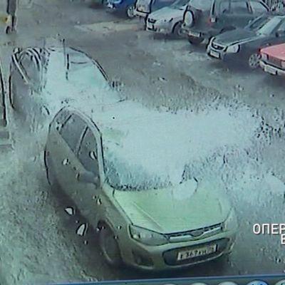 Огромные куски льда повредили сразу несколько автомобилей в Ярославле