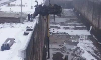 В Угличе автокран завис над камерой шлюза