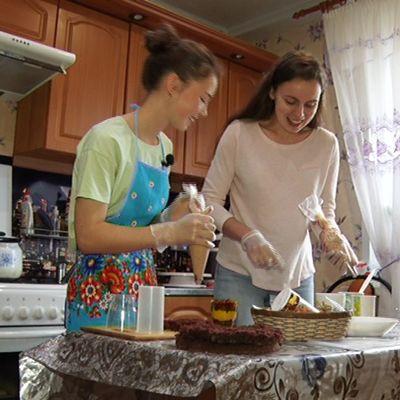 Разведение муравьев, домашние торты и пение в хоре: как зарабатывают подростки на каникулах