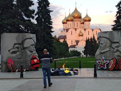 Никакого уважения: в Ярославле мужчина разлегся на Вечном огне для классного фото