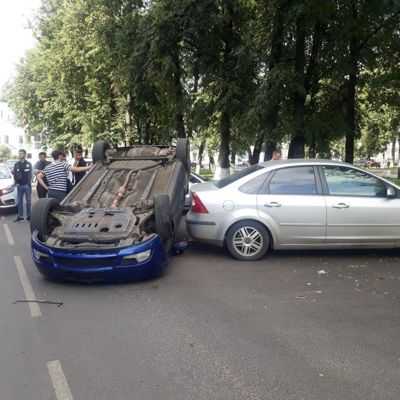 Снова подросток за рулем: в центре Ярославля перевернулась иномарка