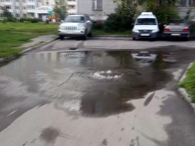 В Заволжском районе из канализации забил гейзер