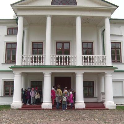 Живая история: школьники из Алтайского края посетили усадьбу Некрасовых в Карабихе