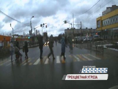 ВИДЕО: на Труфанова светофор едва не пробил голову женщине