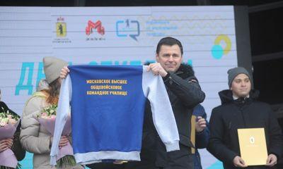 Ярославские студенты подарили Дмитрию Миронову бомбер с логотипом его учебного заведения