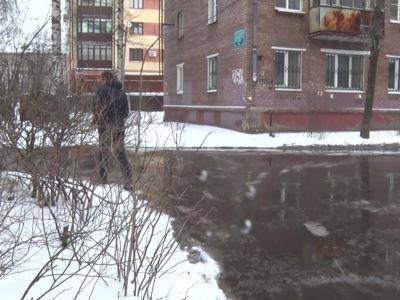 В Кучерском переулке забил ключ канализационного происхождения