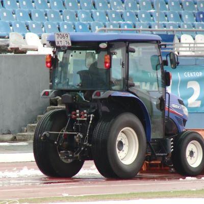 Стадион «Шинник» убирают от снега к четвертьфиналу Кубка России