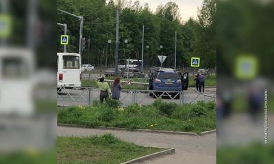 В Брагине микроавтобус протаранил столб после столкновения с внедорожником