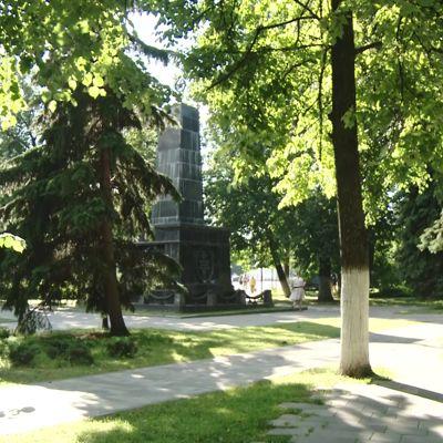Рассыпается перед памятной датой: ярославцев возмутило состояние гранитной стелы в Демидовском сквере