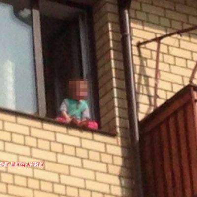 На мать, оставившую детей с открытым окном без присмотра, завели уголовное дело
