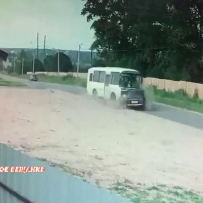 В социальных сетях появилось видео ДТП с участием автобуса военных