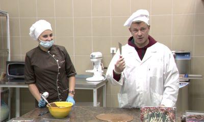 В мастер-классе по созданию шоколадной плитки поучаствовал народный артист России