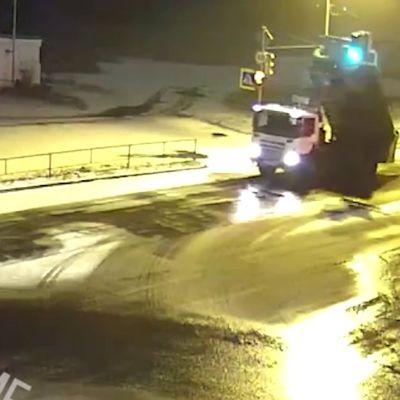 В Рыбинске из-за лихача на самосвале на пешехода упал столб