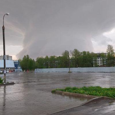 Фото огромного облачного вихря и града размером с яйцо публикуют ярославцы в соцсетях