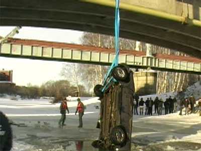 Машина упала с моста в Которосль