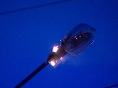 На улице Победы загорелся фонарь