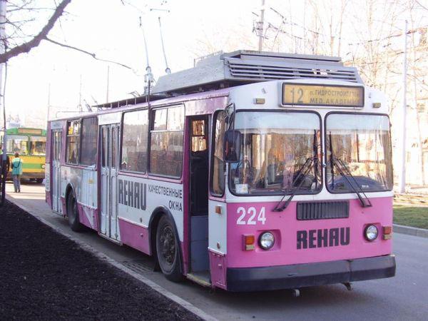 На улице Гагарина троллейбус сбил девушку