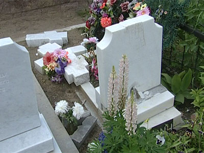 Вандалы на Леонтьевском кладбище выбирают белые памятники