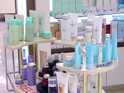 Юная ярославна в парфюмерном магазине