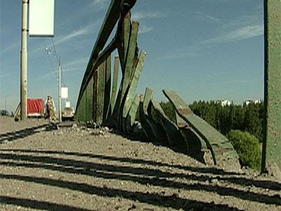 Тойота врезалась в ограждение Толбухинского моста Видео