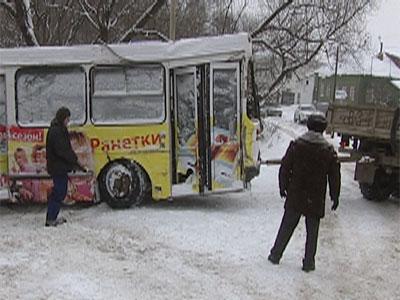 Автобус упал с моста: пострадал водитель