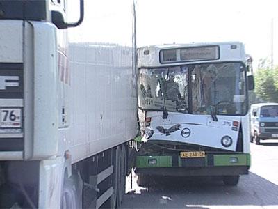 Столкнулись автобус и фура: пострадали 6 человек