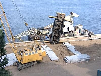 На Волжской набережной упал строительный кран