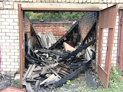 Сгорели 12 гаражей