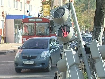 На мужчину упал светофор