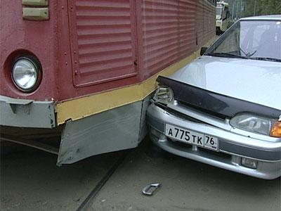 Жигули столкнулись с трамваем