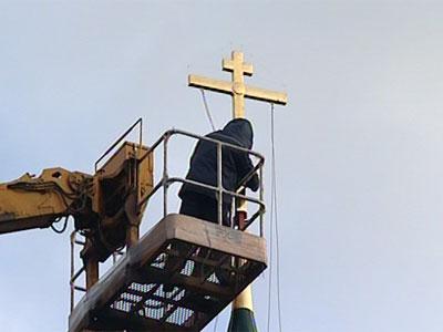 Установили крест на купол храма Зосимы и Савватия