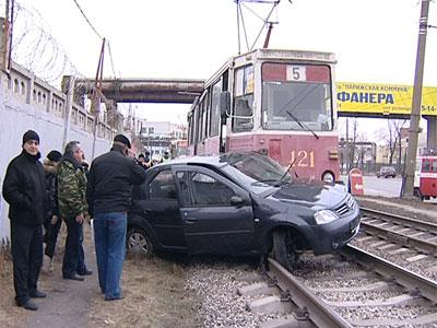 Трамвай протаранил автомобиль