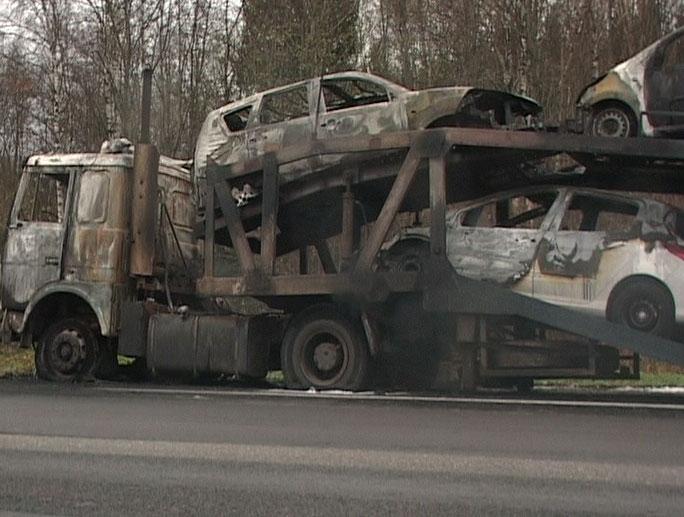 Сгорел автовоз с иномарками