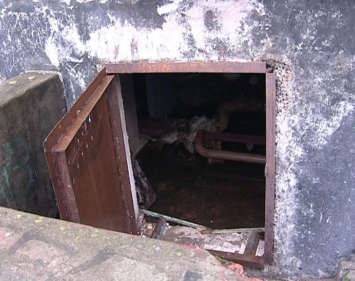 В подвале многоквартирного дома поселились бездомные