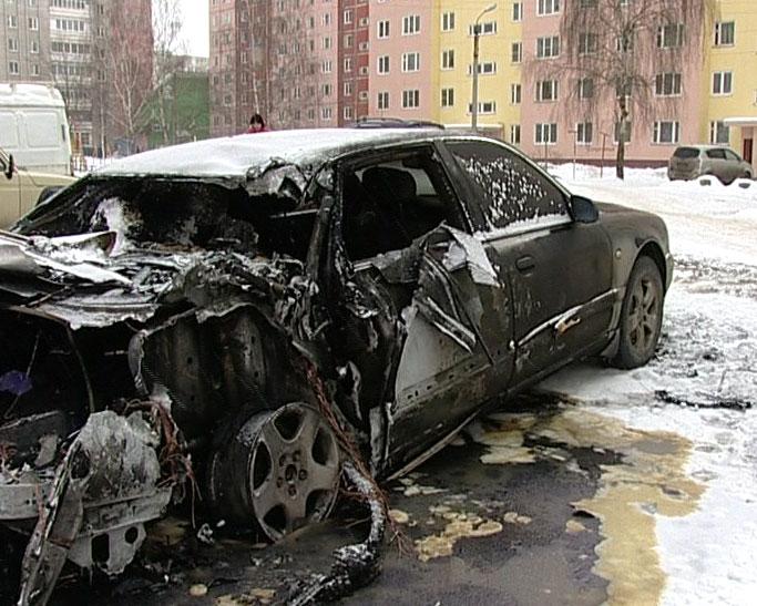 Загорелось сразу 2 автомобиля