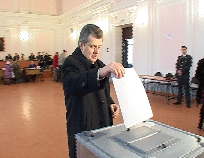 Как голосовали представители власти