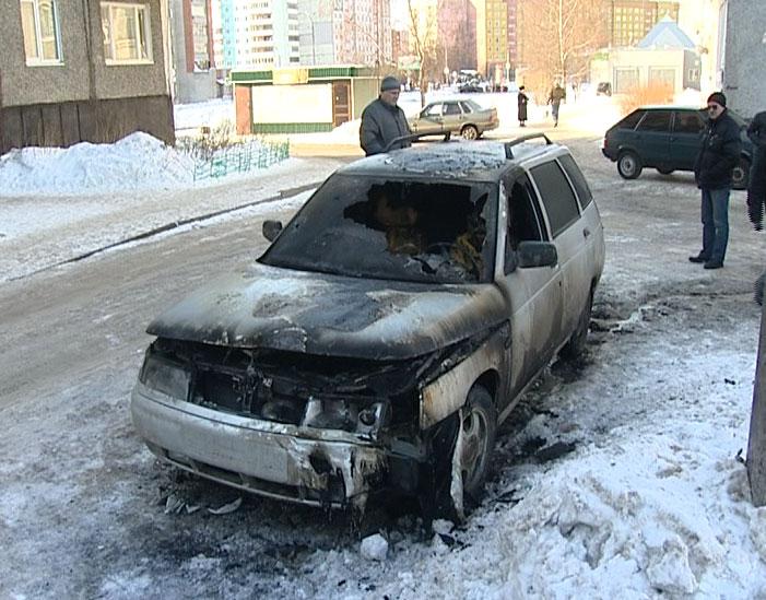 На улице Орджоникидзе загорелся автомобиль