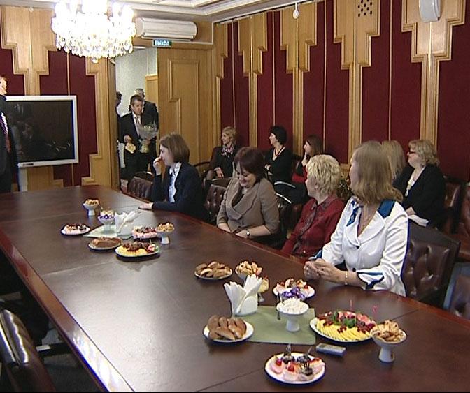 Губернатор поздравил женщин-депутатов