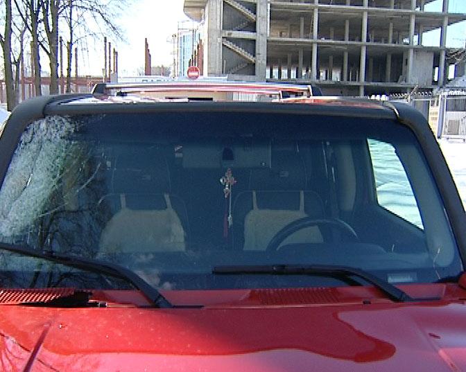 Глыба льда с крыши дома погнула автомобиль