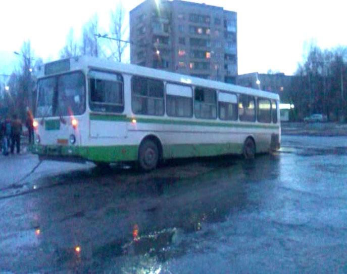 Автобус провалился в яму