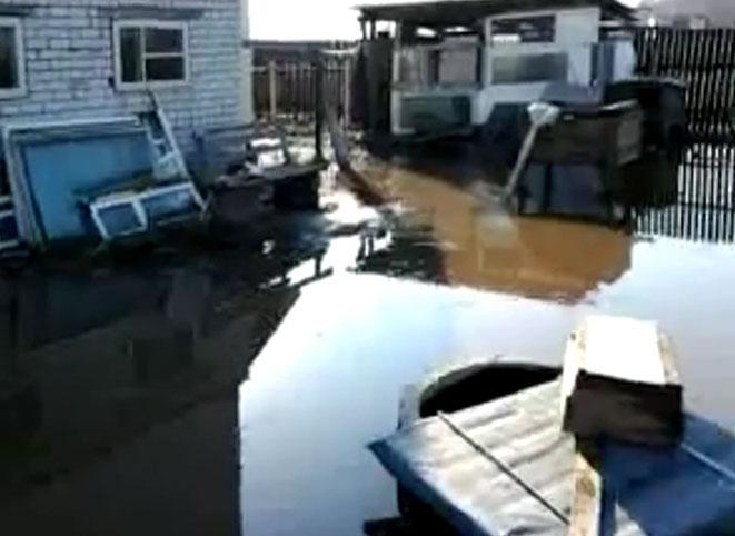 Река вышла из берегов, затопив поселок