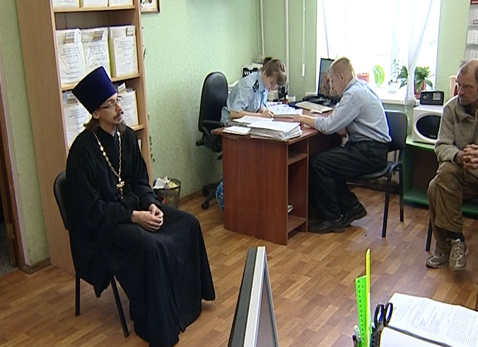 Священнослужители беседуют с неплательщиками