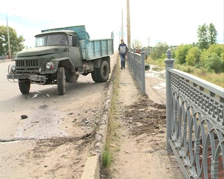 Машина повисла на Добрынинском мосту