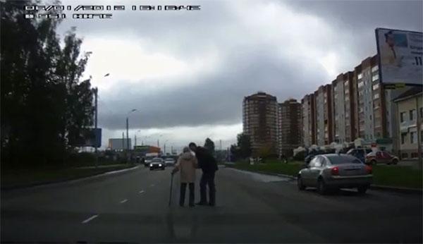 Ярославец на руках донес бабушку до тротуара