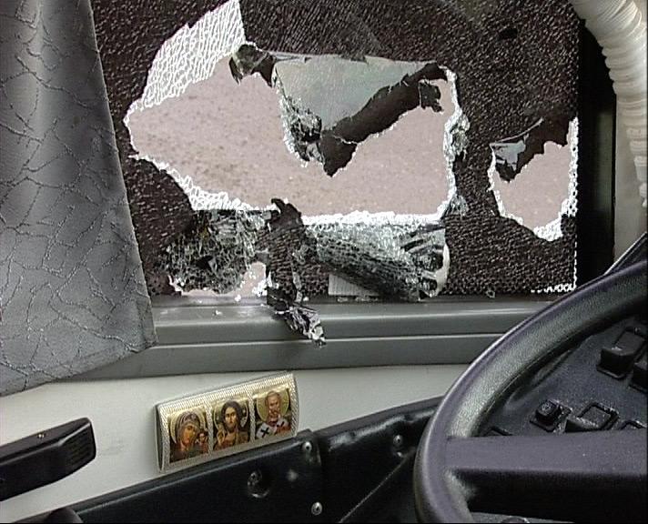 Неизвестные люди разбили стекла рейсовому автобусу