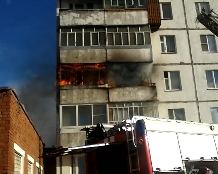 Языки пламени охватили балкон третьего этажа