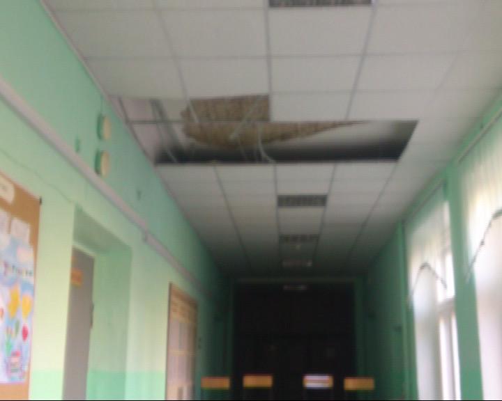 В 43 школе обвалился потолок