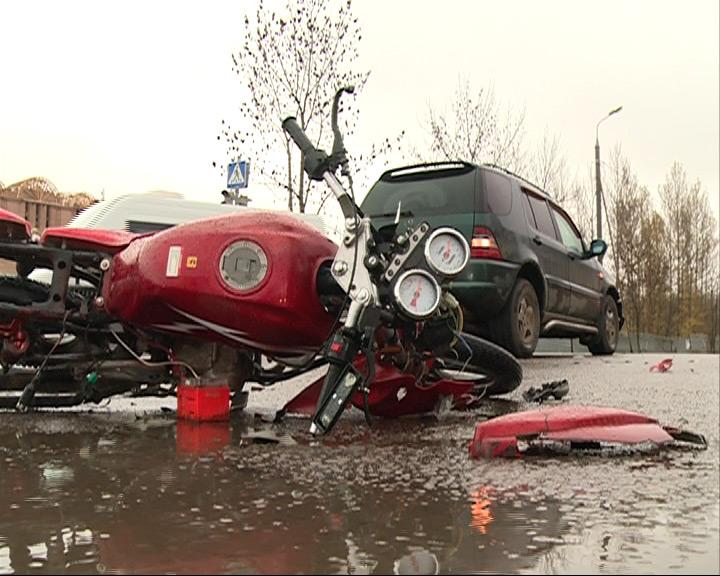 Днем на перекрестке с улицей Панина пострадал скутерист