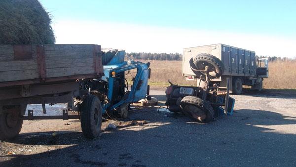 В Ярославской области грузовик с хлебом врезался в трактор